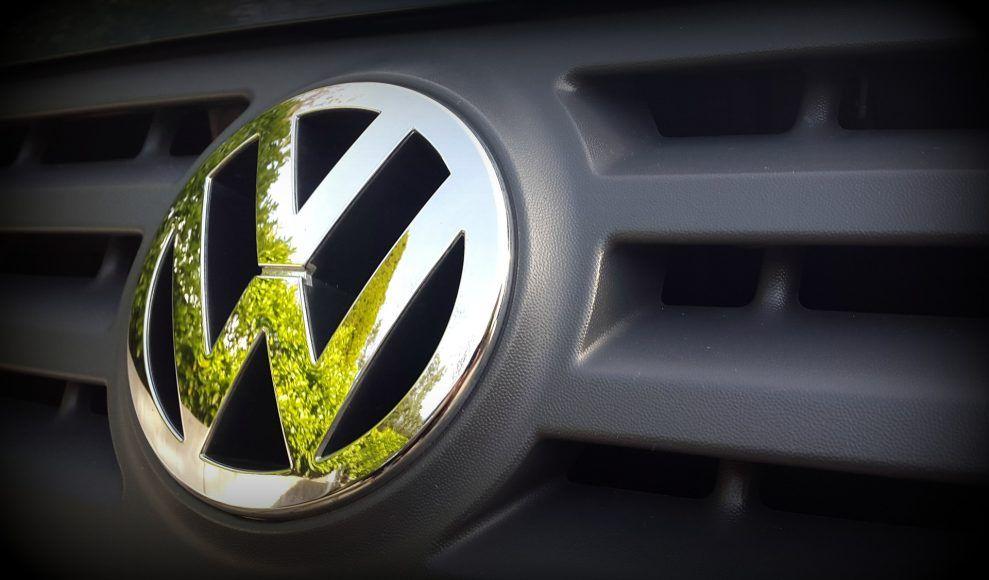 Afera i problemy Volkswagena cd. -   Afera Volkswagena odbija się nie tylko na producencie, kłopoty zaczynają również dotykać właścicieli wadliwych samochodów. Między innymi tych, którzy zdecydowali się na wgranie poprawki oprogramowania w autoryzowanych serwisach. Okazuje się, że po tym zabiegu silniki gorzej pracują, hałasują i t... http://ceo.com.pl/afera-i-problemy-volkswagena-cd-72622