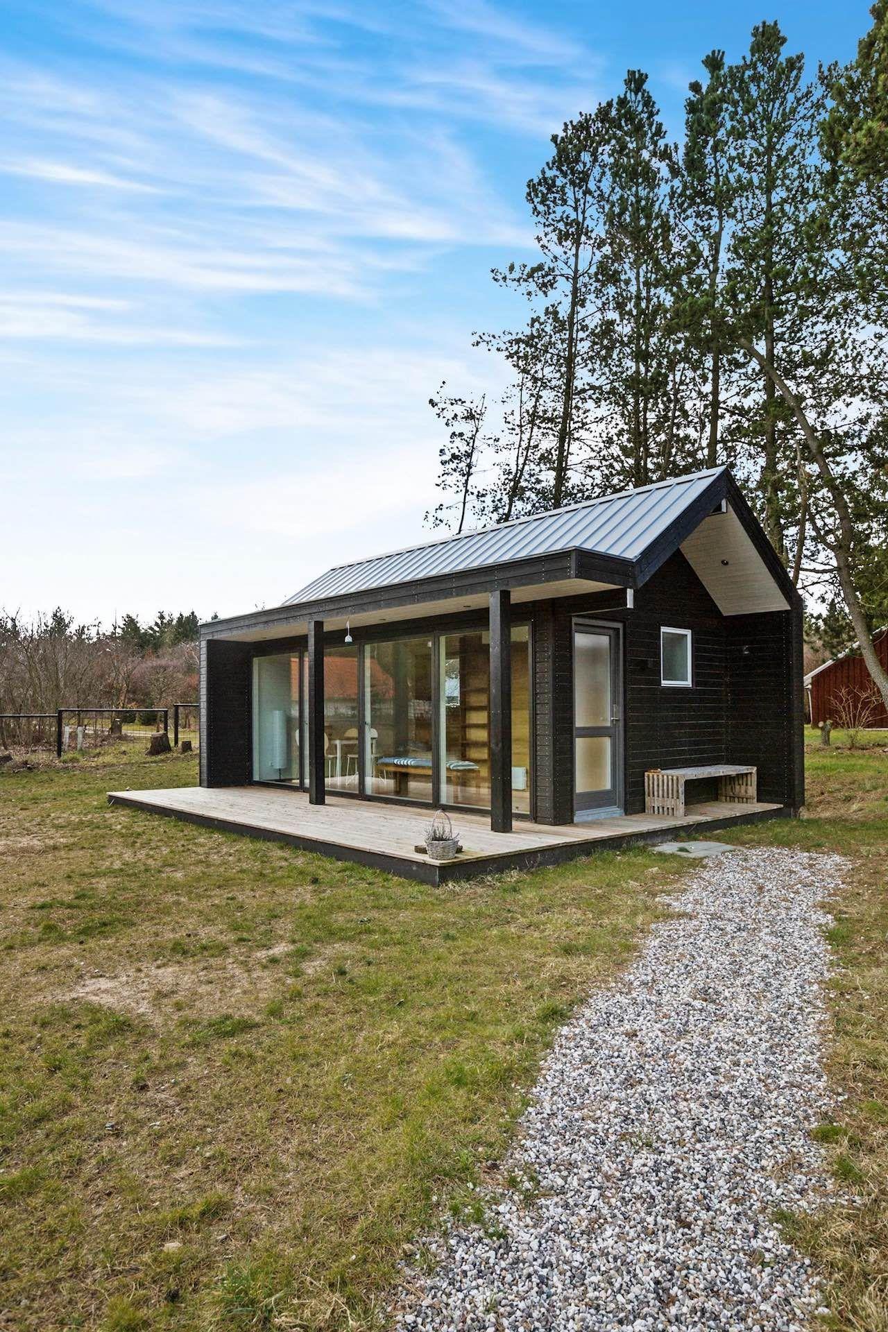 Une mini maison en bois noir design et vitrée de 2