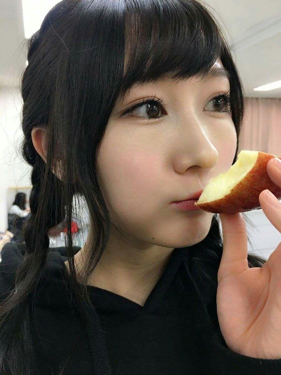 リンゴを食べる矢倉楓子
