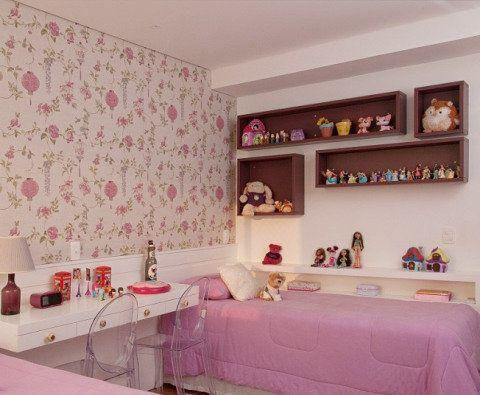 O espaço entre as camas das duas irmãs serve de bancada de estudos, penteadeira e criado-mudo. Projeto de Patricia Kolanian Pasquini.