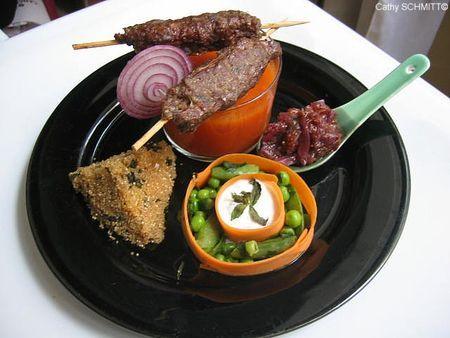 Cuisine fusion cuisine du soleil    Brochettes de boeuf façon gyros  Gaspacho léger  Chutney de figues fraîches aux oignons rouges et épices  Amaranthe au thé vert, raisins secs et menthe  Légumes et dip de fromage blanc à la menthe