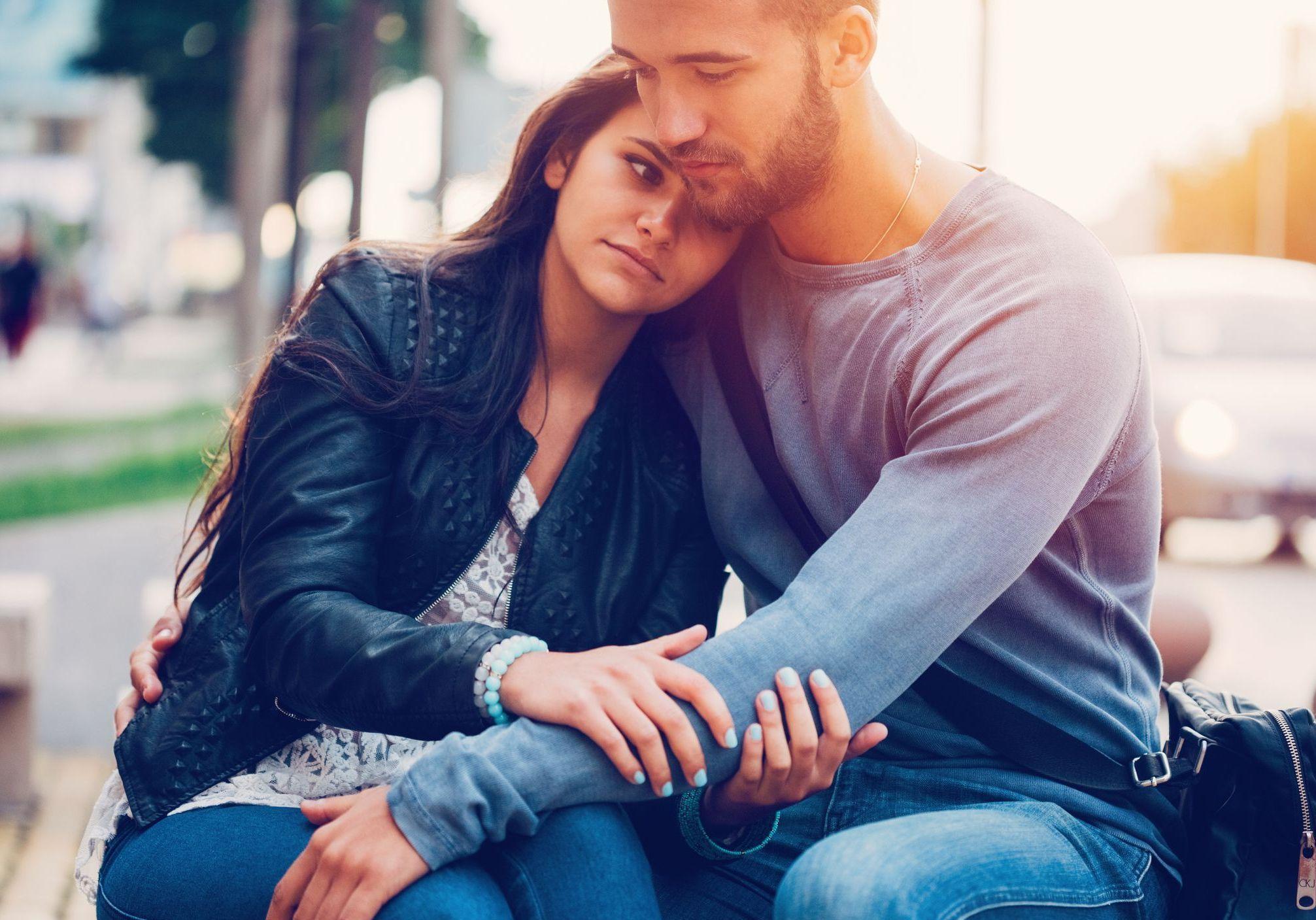Les ruptures amoureuses, souvent très douloureuses et parfois imprévisibles, laissent des traces et engendrent une profonde tristesse. Pour remonter la pente, certains se lancent aussitôt dans une nouvelle relation. Pourtant, ce n'est pas toujours une bonne solution pour guérir d'une histoire...