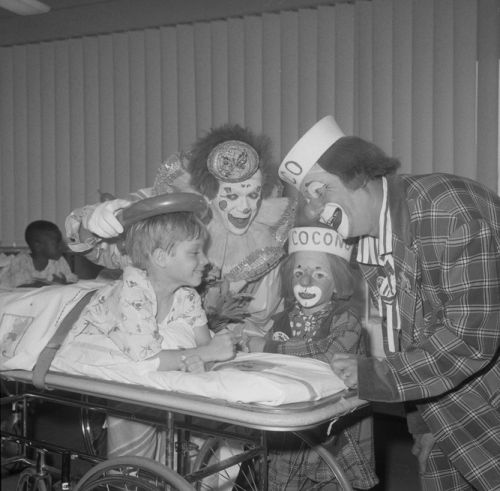 Ringling Bros And Barnum Bailey Circus Clowns Coco And Bobby Kaye Visiting A Patient At Los Angeles Orthopae Vintage Clown Creepy Old Pictures Clown Doctors