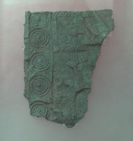 Periodo: 200 - 50 a.C. ORIGINAL: Se trata de una placa de bronce, muy fina, con decoración geométrica y zoomorfa. Yacimiento: El Llano de la Horca (Santorcaz).