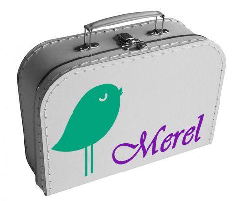 Een lief koffertje met daarop een vogeltje en de naam van je kindje.