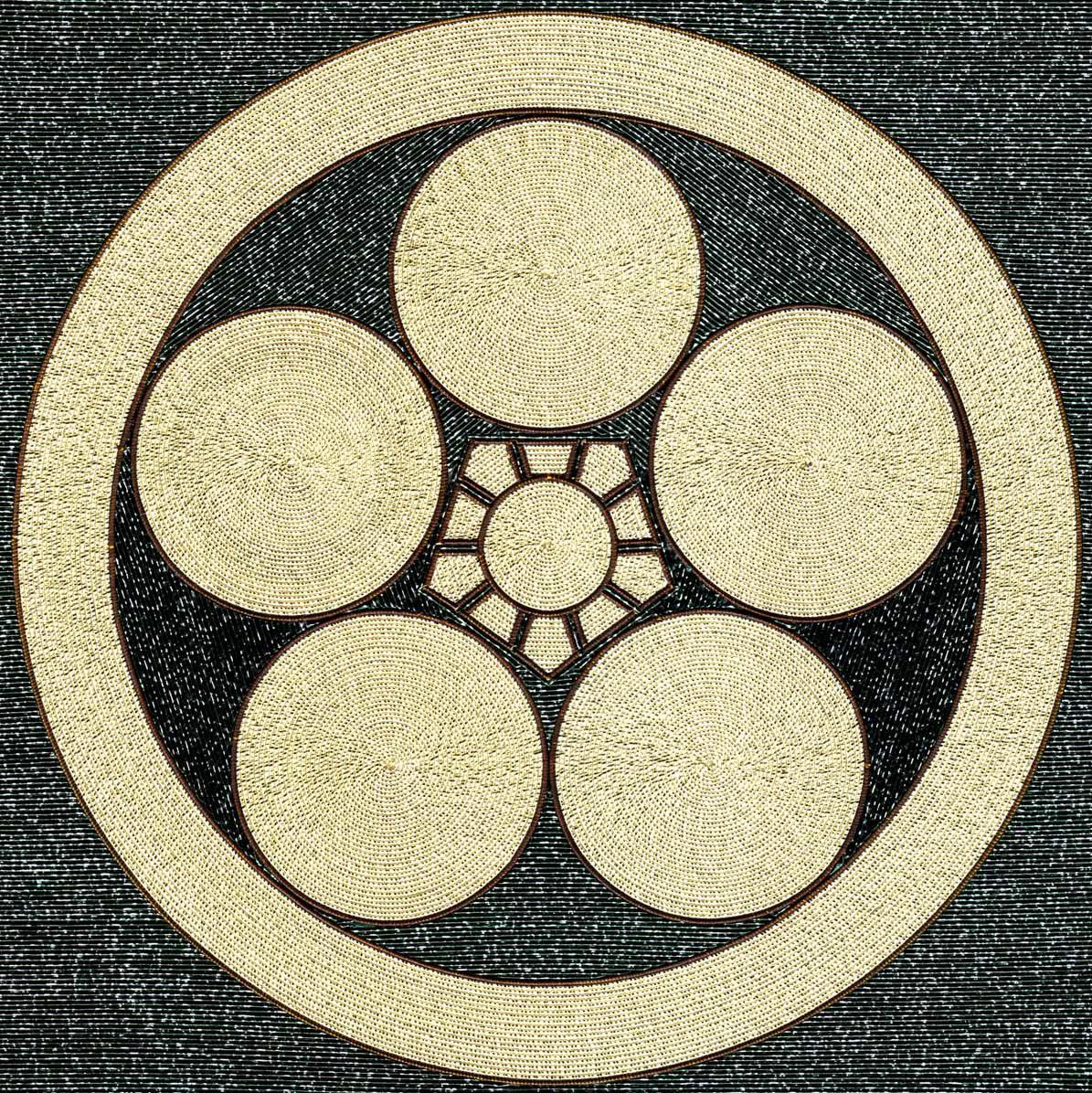 丸に梅鉢 丸テーブル5つと五角形のテーブル1つを組み合わせて梅の花を