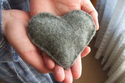 jane avion: Handwarmer (felt, rice  peppermint tea bags).  Such a sweet little gift for a Winter birthday, Christmas or even for a sick friend who would appreciate the scent of peppermint (or even lavender).