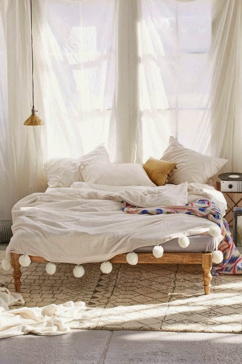 pompom blankets noretnic decoration neutrale slaapkamer inrichting wit kamer interieur natuurslaapkamer boheems