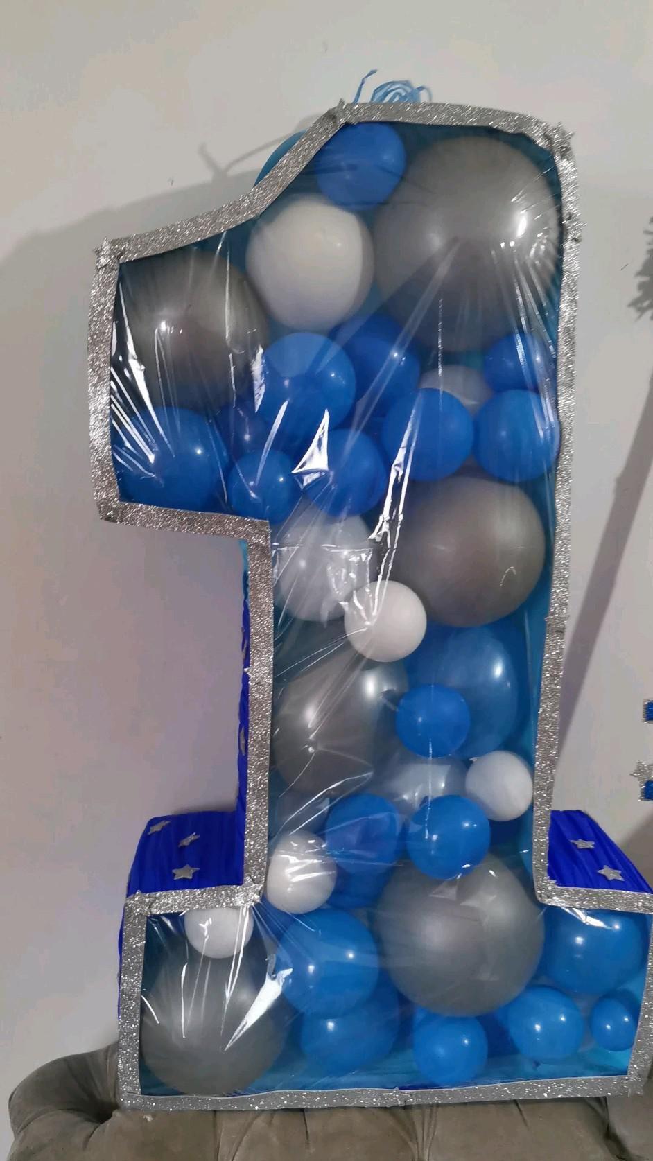 piñata número 1 con globos.