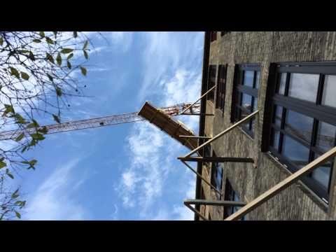 Hejsningen af nye altaner fra gaden og ind i gården.