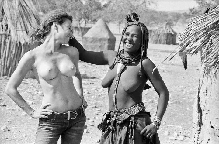 Cual es la diferencia entre los senos de una mujer blanca con los senos de una mujer negra? -Los senos de una mujer blanca salen en PlayBoy -Los senos de una mujer negra salen en National Geographic.