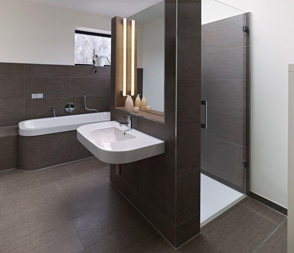 Badezimmer Mit Dusche Und Badewanne Modern (990×