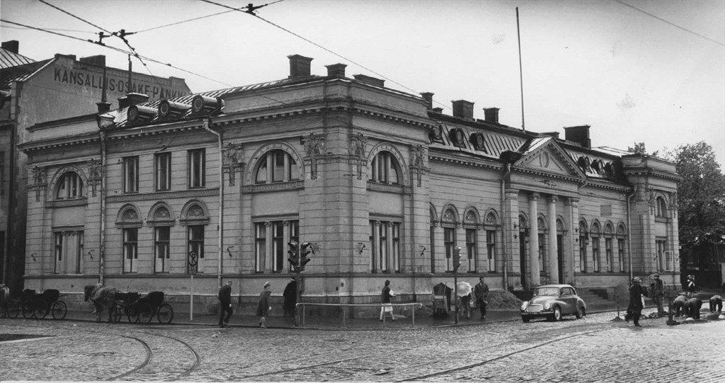 1950-luvulla Aurakadun ja Eerikinkadun kulman vanha renessanssipostitalo oli jo luovutettu lyseolaisten käyttöön. Vossikka-asema oli vielä paikallaan. TS.