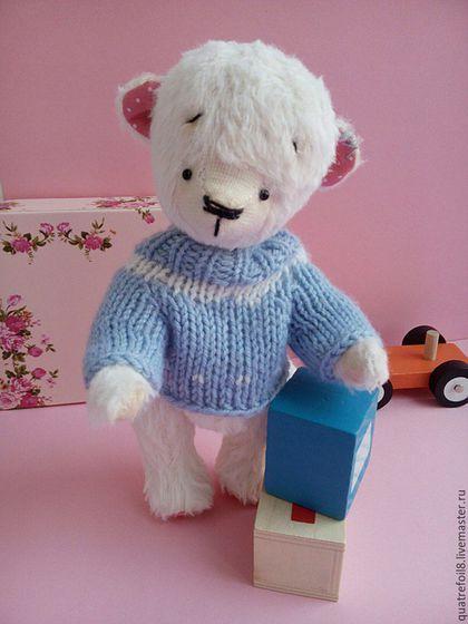 Купить или заказать Teddybear Мишка Тедди Белый медвежонок Тедди в свитере в интернет-магазине на Ярмарке Мастеров. Медвежонок создан вручную по старинной технологии создания мишек Тедди. Немецкая вискоза Schulte, диски и 5 шплинтов. Лапки и голова подвижны. Глазки стеклянные ручной работы(Германия). Набит кедровыми опилками (аромат кедра), в животике синтепух и морские камешки для живого веса. Сидит сам, стоит с опорой. Свитер связан вручную из полушерсти, на Ваш выбор свяжу любого цвета.