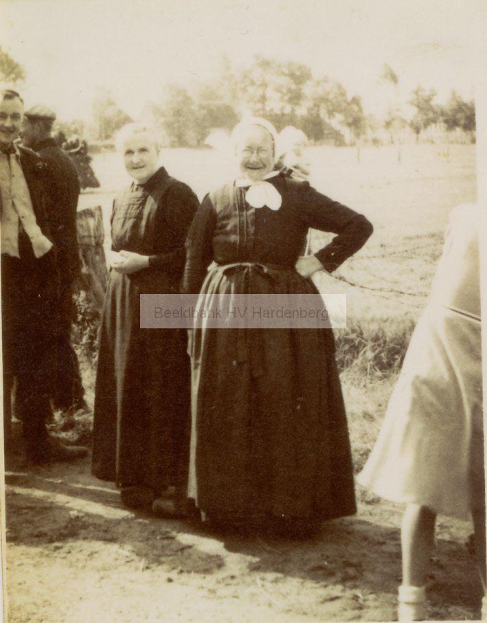 """Foto is gemaakt ca. 1950. Beide dames nog in klederdracht. Mw. Boers nog met de """"knippiesmusse"""". Historische Vereniging Hardenberg Fotocollectie #Overijssel #Salland"""