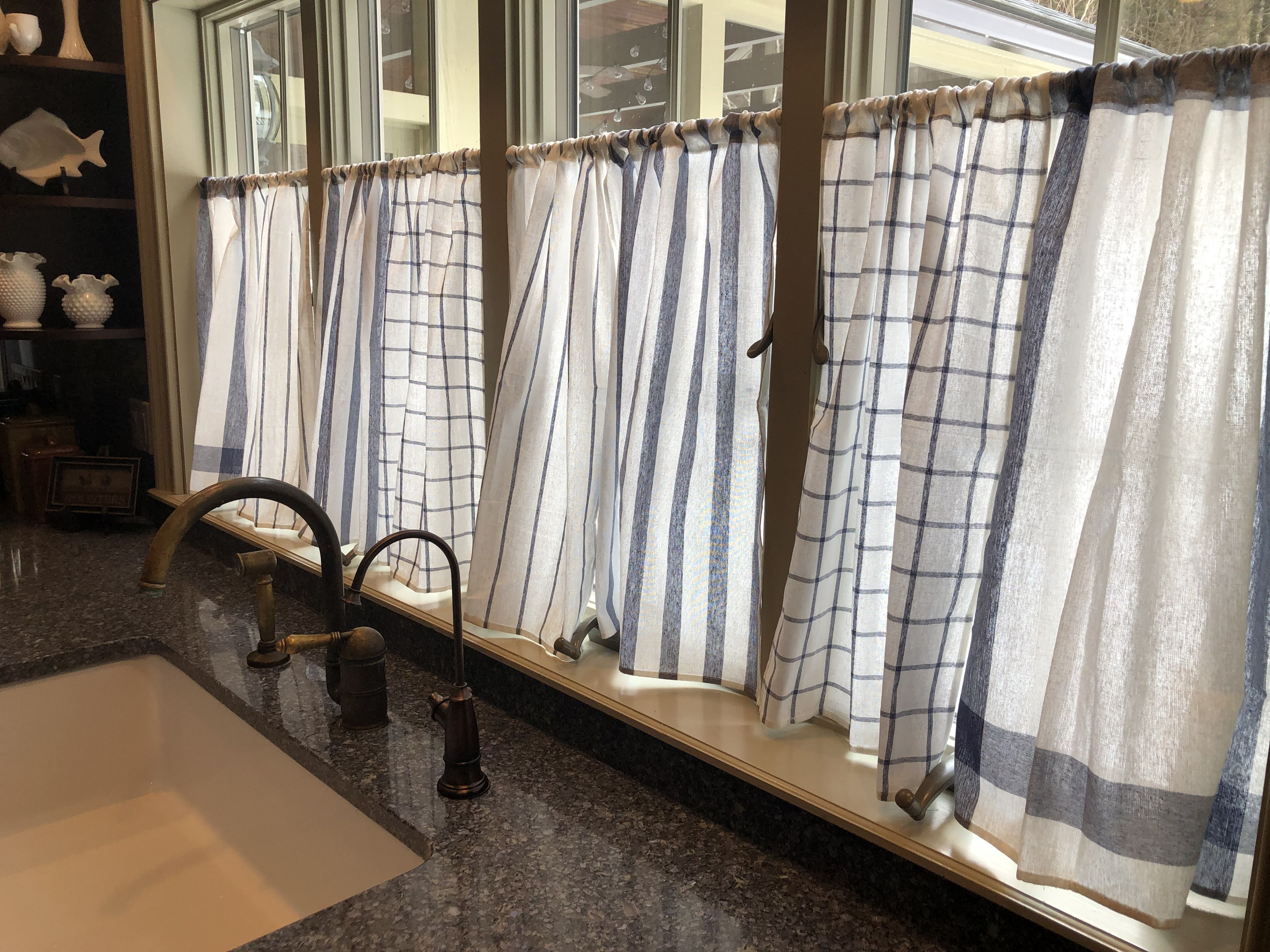 IKEA HACK: Kitchen curtains made out of IKEA ELLY blue/white dish