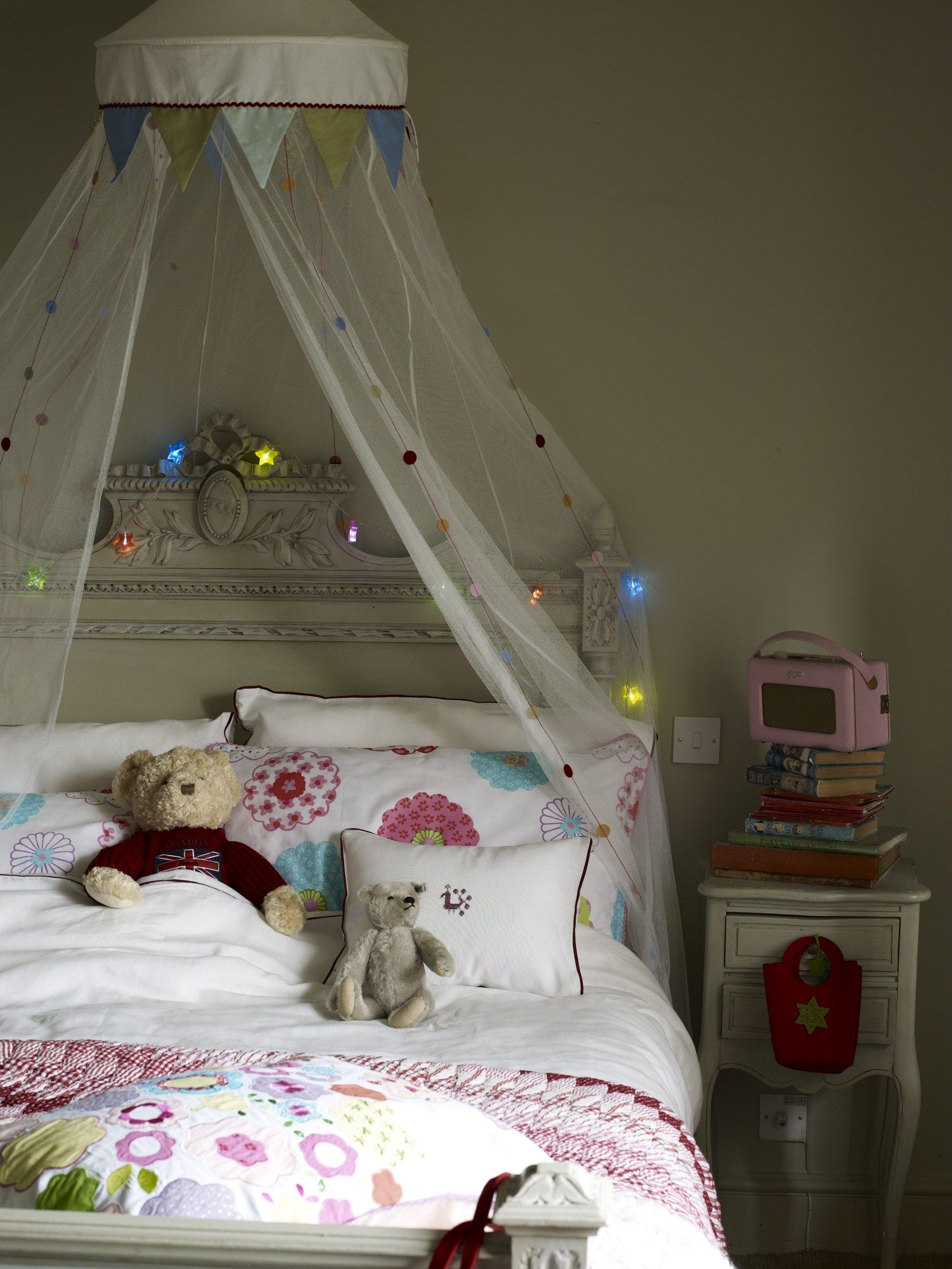 child's bedroom: tulle canopy with strings of metallic stairs