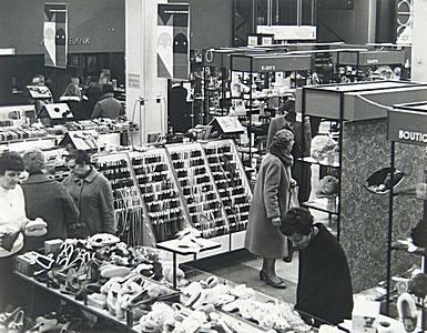 Interieur van vroom en dreesmann aan de voorstraat 30 12 for Interieur 1970