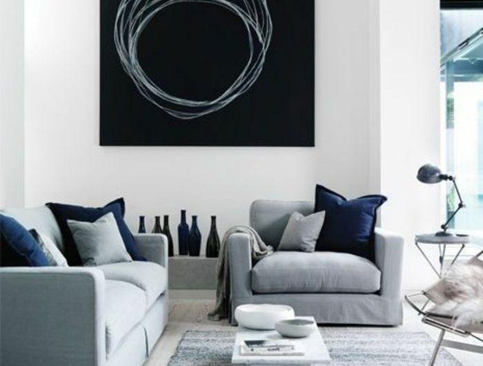 schwarzes Bild mit runden Kreisen, Sofa und Sessel in grauer Farbe - welche farbe für wohnzimmer
