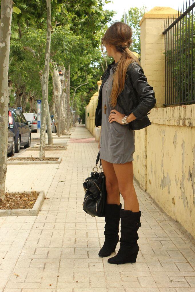 Botas negras con vestido gris