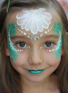 Kind Als Nixe Schminken Zu Meerjungfrau Party Mermaid Face Paint Mermaid Parties Face Painting