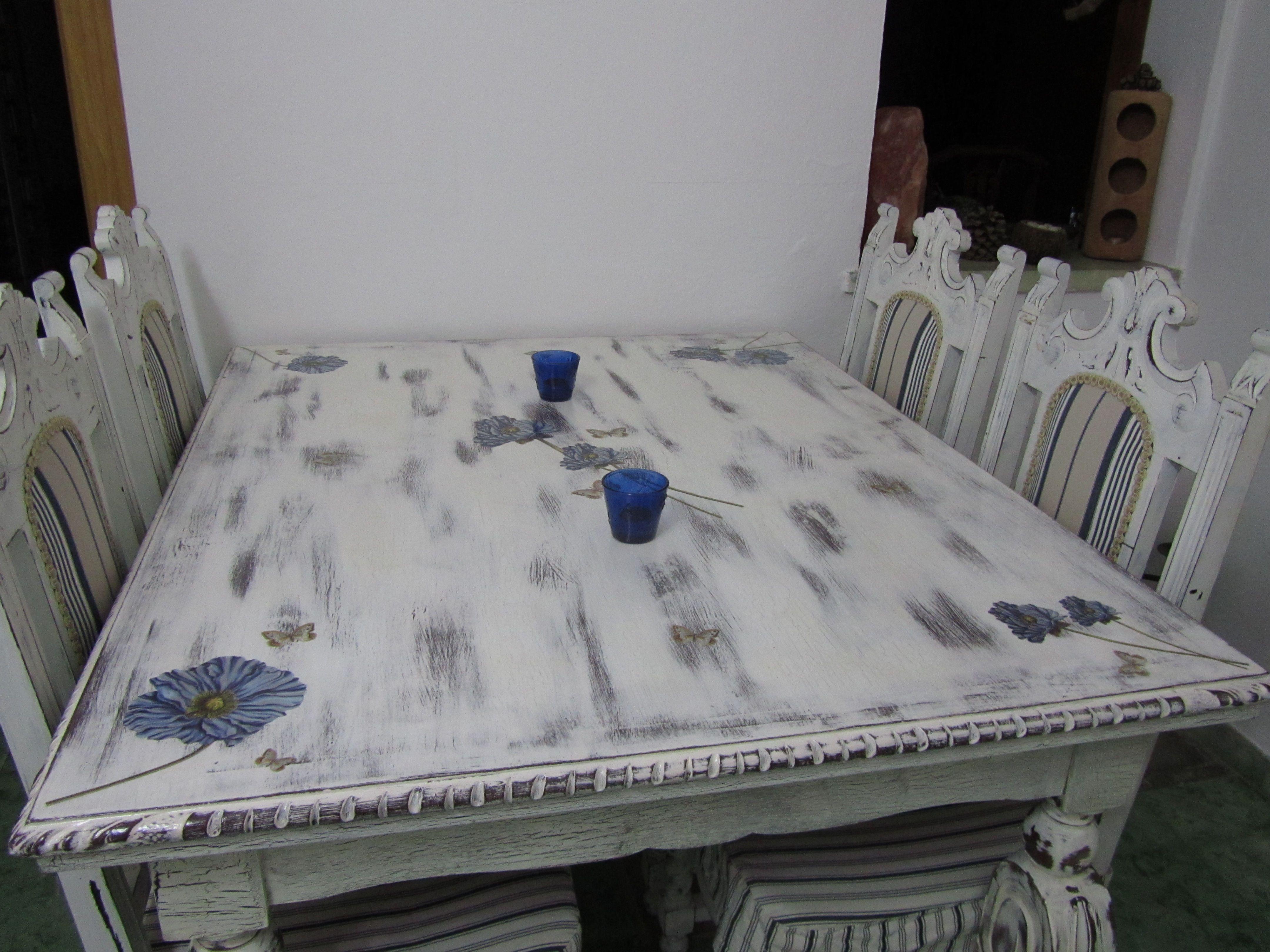 Mesa de edor restaurada y pintada a mano con apliques en