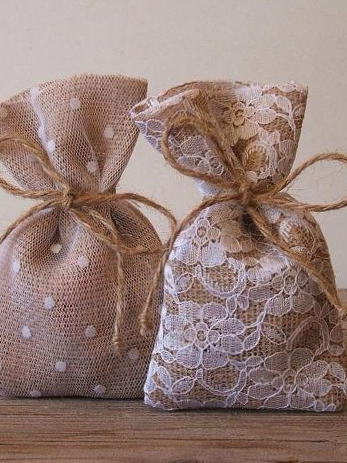 Embalagens para lembrancinhas feitas com juta e renda. #casamento #rústico  #chic