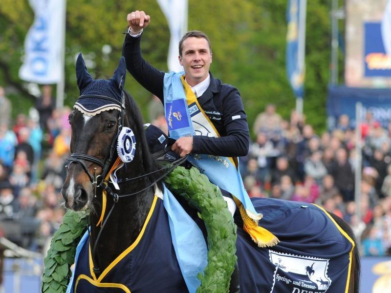 Gilbert Tillmann hat mit seinem Pferd Hello Max überraschend das 84. Deutsche Spring-Derby in Hamburg gewonnen und dabei prominente Gegner wie Carsten-Otto Nagel hinter sich gelassen. (Foto: Angelika Warmuth/dpa)