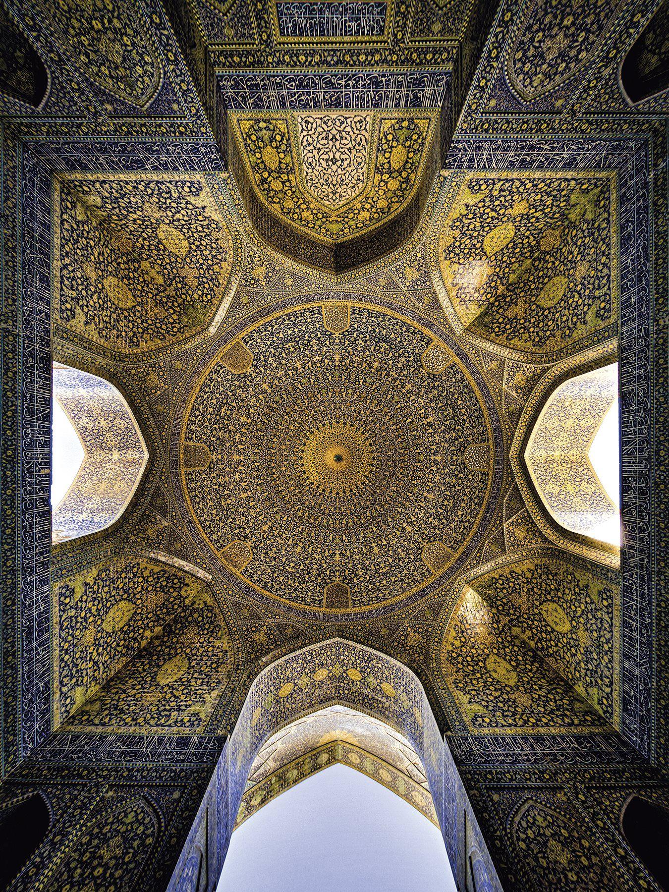 La luz natural ilumina el interior de la cúpula de la mezquita del Shah, en Isfahán, construida entre 1612 y 1630 durante la dinastía safávida y considerada una joya de la arquitectura persa.