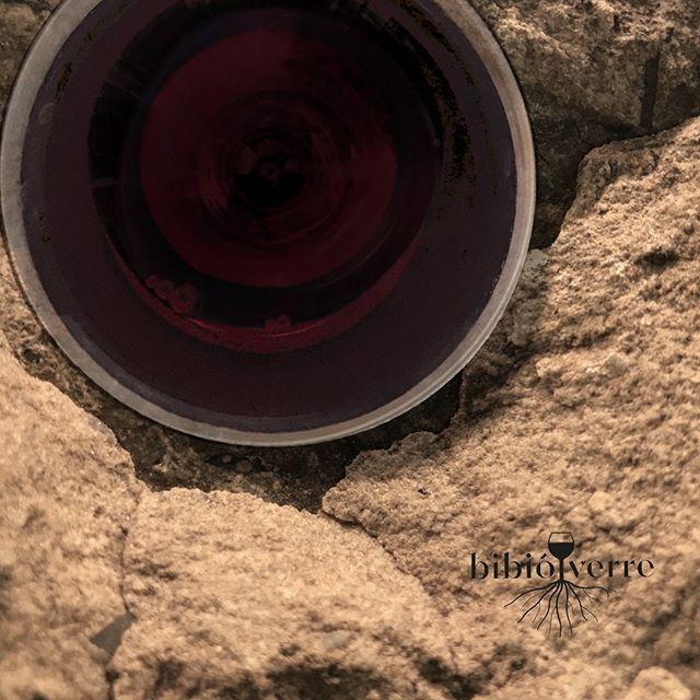 Le vin bio n'existe pas proprement dit. Il serait plus juste de dire vins agrobiologiques puisque c'est uniquement le raisin qui est bio et non la vinification. (...) Concretement le vigneron renonce aux pesticides herbicides et engrais synthetiques. Bref tout ce qui est chimique. (...) Mais meme le plus bio des bios contient des #sulfites puisquils sont naturellement generes lors du processus de fermentation. Par contre certains vignerons peuvent choisir de ne pas en ajouter par la suite.  Avril 2015 - La Tribune  Vins Bio nature ou biodynamique?  - C. C.  #vinbio #vignebio #labelbio #élevage #fermentation #sansulfiteajouté #sansSO2ajouté #biodynamie #vinbiodynamique #viticulturebiodynmique #vendreditoutestpermis#cheers #tchintchin #francefrance#unverreçava #avecmoderation#wineoclock #winelover #drink #drinks#glass #photooftheday #verredevinbio #boireavecmoderation Bon #vendredi à tous #sfjbaptisth