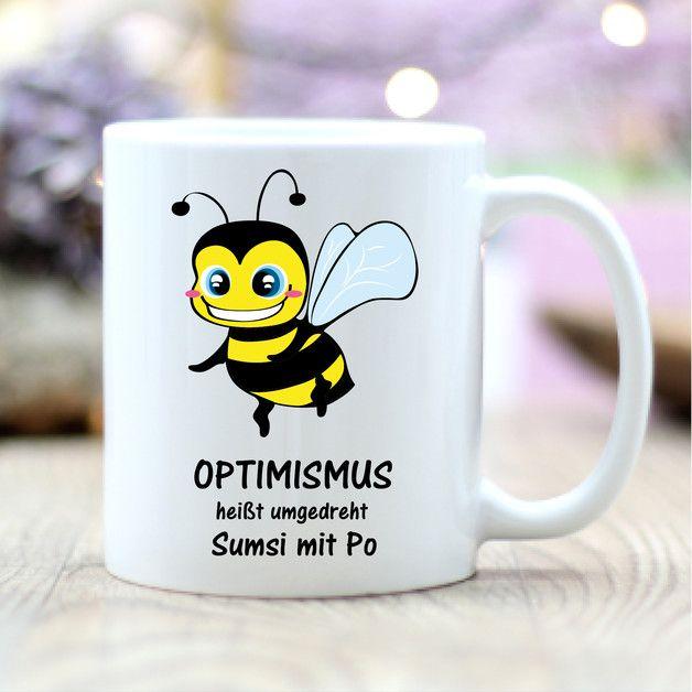 **Kaffee Tasse Biene mit lustigem Spruch Optimismus heißt umgedreht Sumsi mit Po (Motiv T264)**  **Das BESONDERE:** **Beide Seiten der Tasse sind bedruckt**, so dass die Tasse sowohl für... #lustigegeschenke