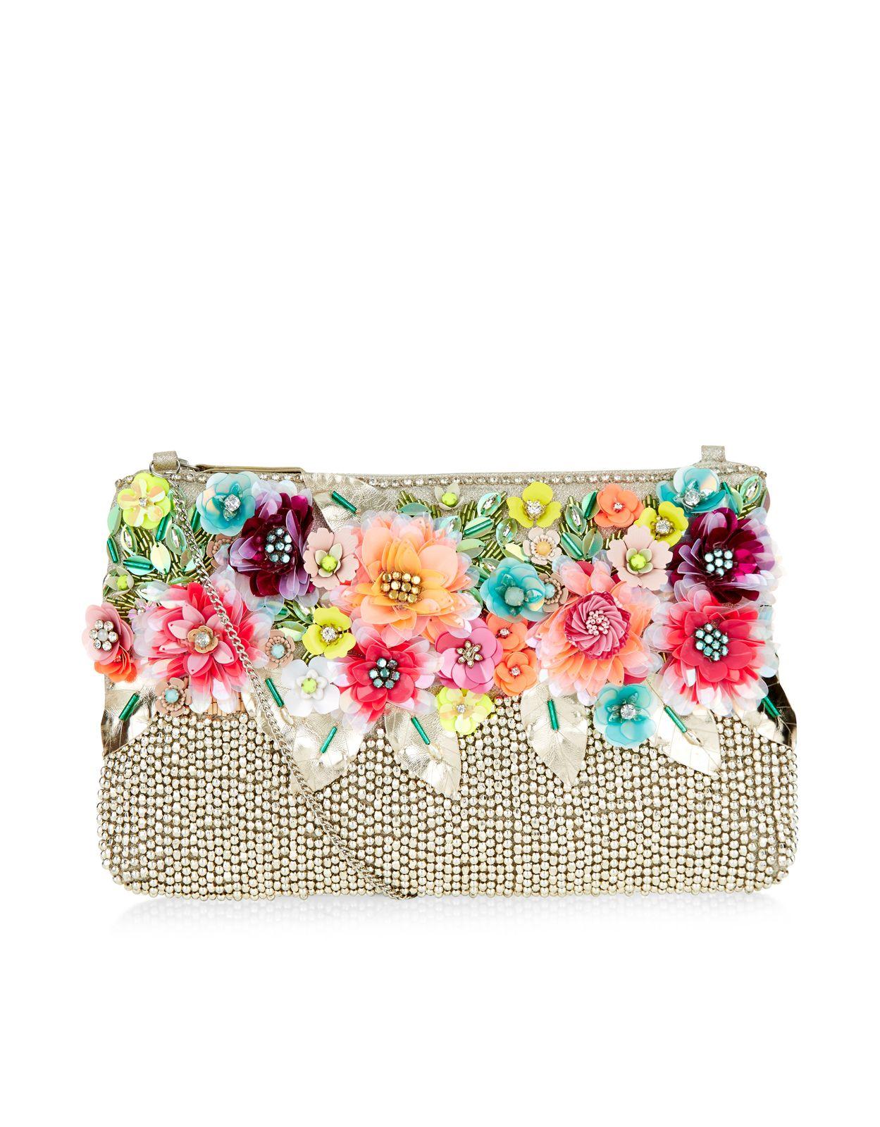 Mit unserer floralen Clutch blühen Sie bei jeder Veranstaltung förmlich auf.  Die Tasche ist mit 3D-Paillettenblumen mit Schmucksteinen und funkelnden Strassnieten besetzt. Dieses Statement-Modell verfügt über einen Reißverschluss oben und ein luxuriöses Satinfutter sowie einen versteckten Schulterriemen.