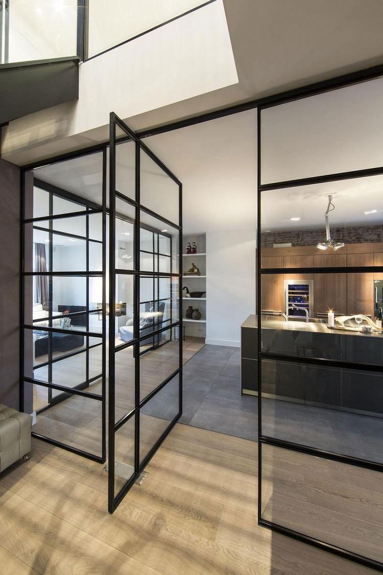 cuisine avec verrière intérieure, parquet massif, sol en béton ...