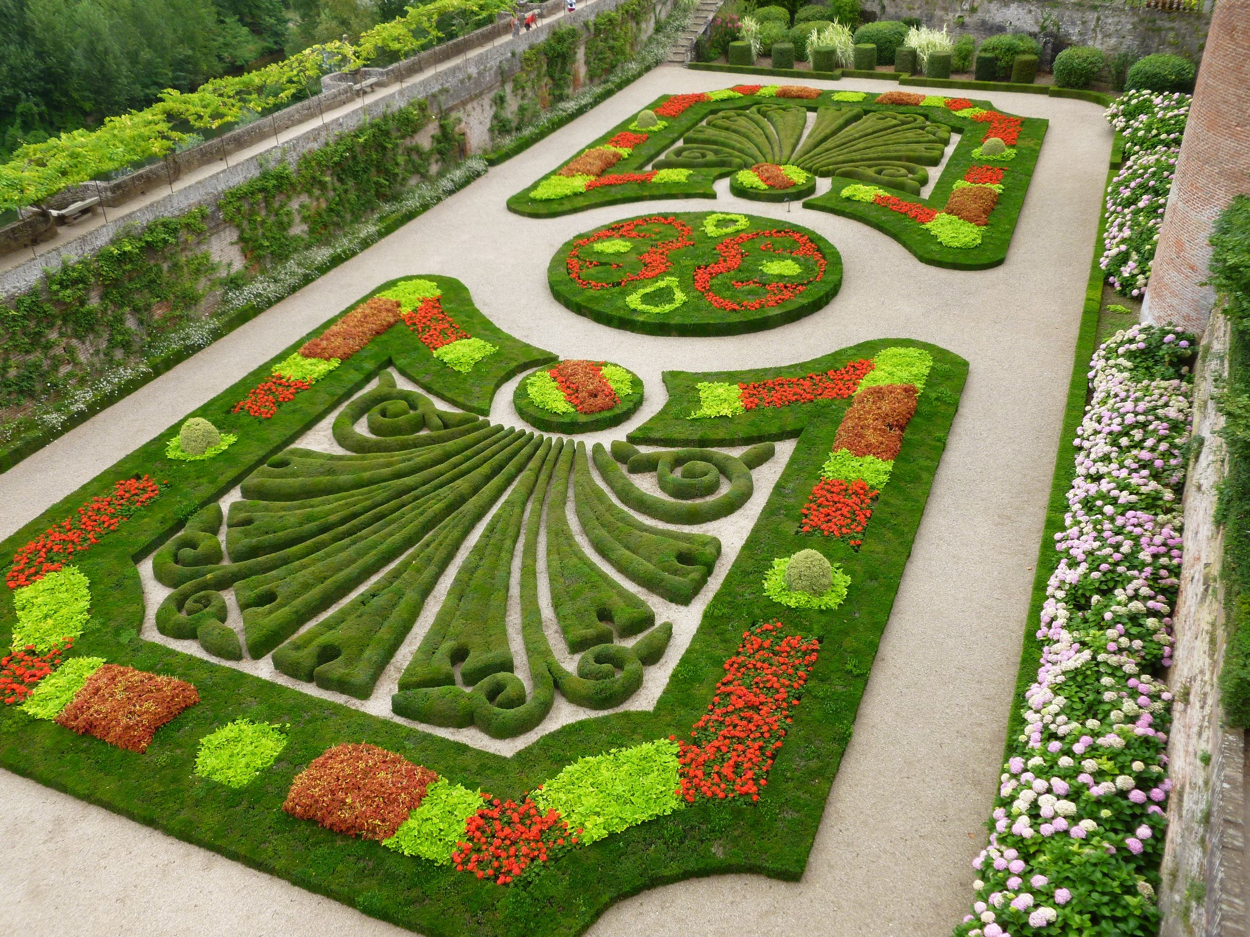 A Formal Garden In Albi France. Wow   Now Thatu0027s Sculpture With Flowers.