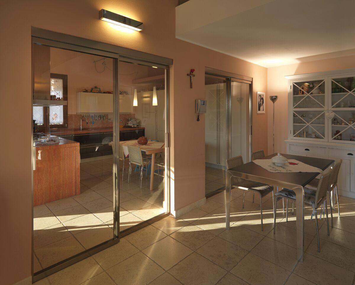 Cucina e soggiorno comunicano, ma gli ambienti rimangono separati. A ...