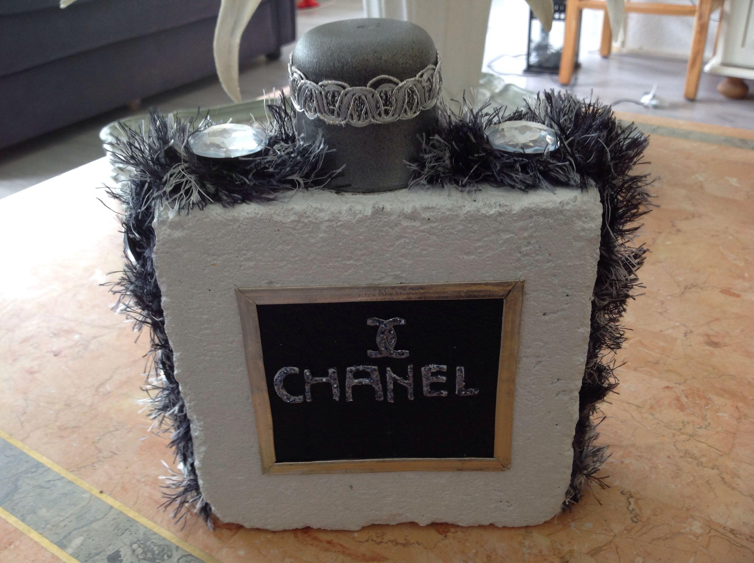 Ok, hier istie dan. Mijn nieuwste crea. Een Chanel 'flesje', gemaakt van een baksteen :-)  Welke vrouw is er niet dol op Chanel parfum? Lol!
