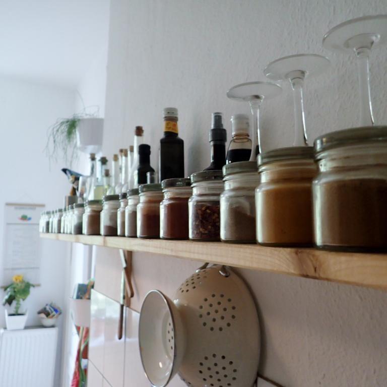 Küchenorganisation -gleichförmige Gläser mit Gewürzen und ...