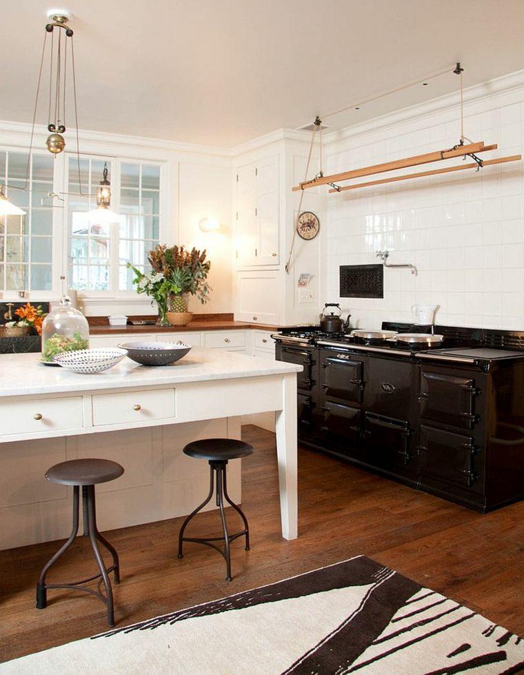 ampia cucina con pavimento in parquet, mobili bianchi e neri: stile ...