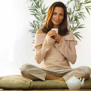 девушка пьет чай арт