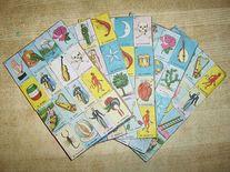 """La lotería mexicana   ¿Qué es la lotería?  Es un juego de mesa que consiste en tarjetas, cartones individuales y fichas. En México en ocasiones se utilizan frijoles a manera de las fichas.   Los jugadores toman un cartón y algunas fichas, una persona """"canta"""" las cartas. Cada persona incluye una ficha en la figura que va saliendo. Gana el primero que tenga el cartón lleno y grite """"Lotería""""."""