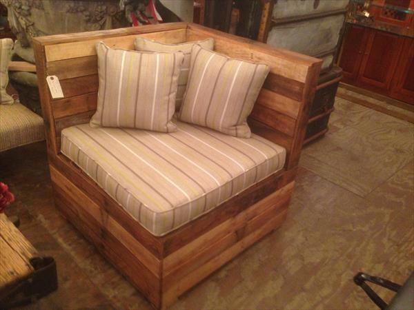 Diy Cushioned Pallet Corner Chair 101 Pallets Pallet Furniture Pallet Diy Furniture
