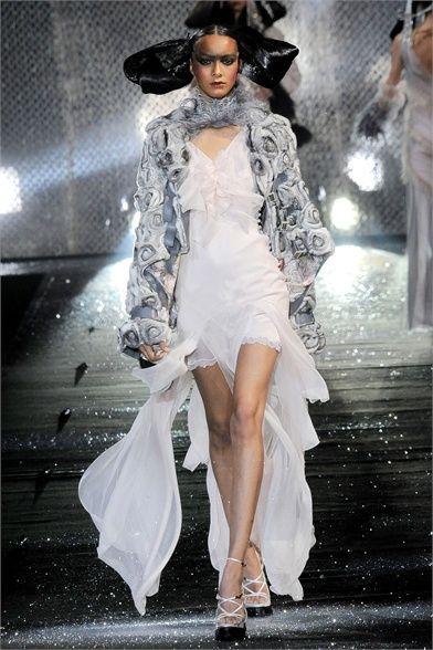 Sfilata John Galliano Paris - Collezioni Autunno Inverno 2010/2011 - Vogue