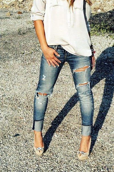 O rasgado do jeans + lavagem e a dobra da barra com o sapato. Show!