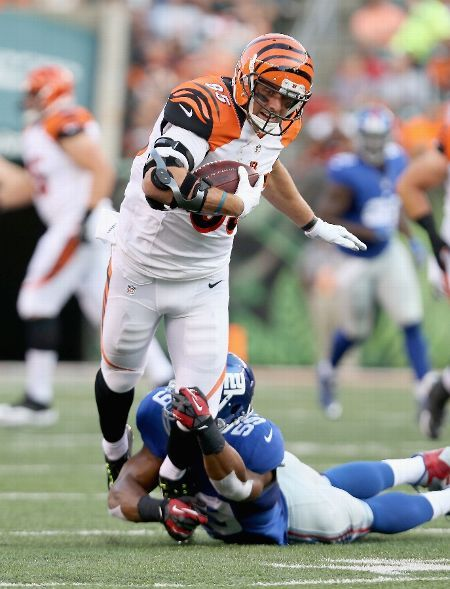 Tyler Eifert #85 of the Cincinnati Bengals runs with the ball while defended by Devon Kennard #59 of the New York Giants during an preseason game at Paul Brown Stadium on August 14, 2015 in Cincinnati, Ohio. (Photo by Andy Lyons/Getty Images)