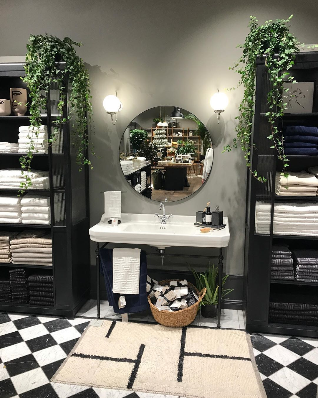 "🅒🅡🅔🅐🅣🅘🅥🅔 🅥🅜 on Instagram: ""H&M Home new concept store in Dubai Mall 👌🏻 @hmhome @dubaimall_ #hmhome #dubaimall #dubai #retail #retaildesign #retaildisplay #retailstore…"""