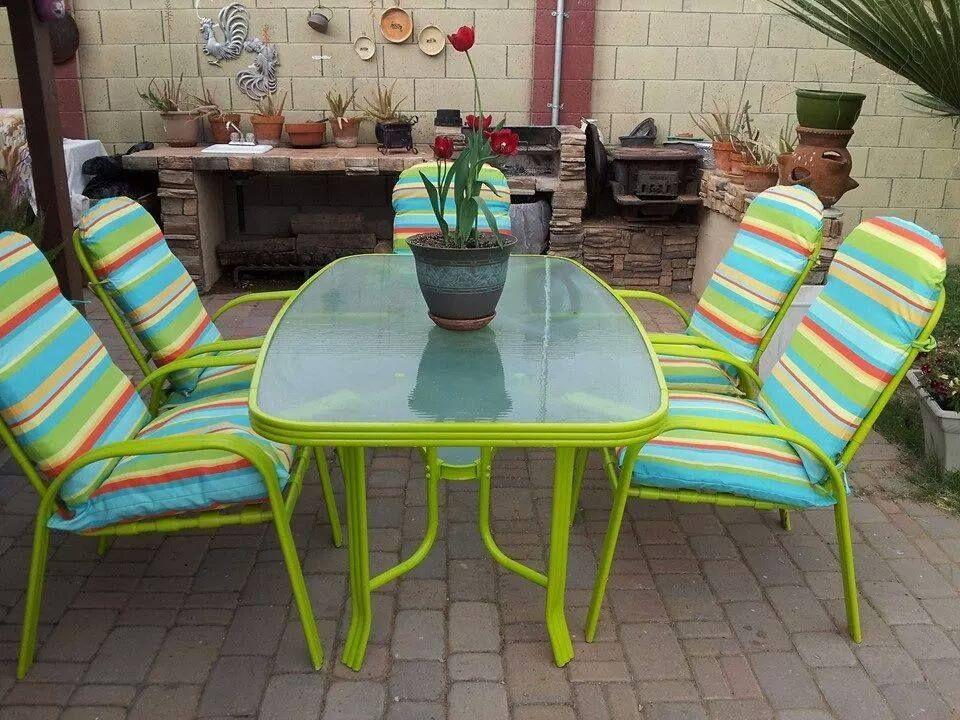 pintar de un color brillante y cambiar los forros de las sillas hace que tu patio se vea con mas color
