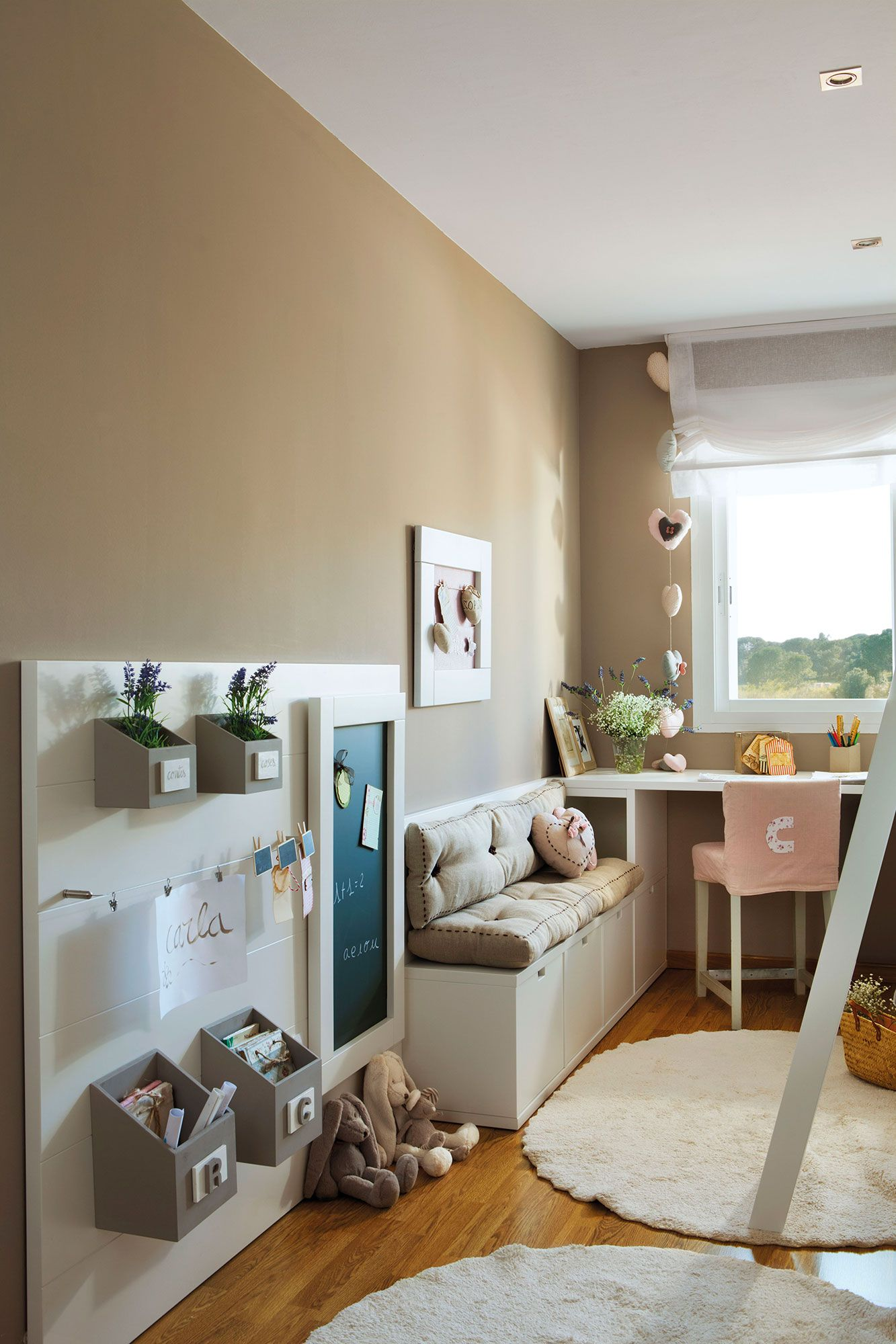 Dormitorio infantil con las paredes en color tierra escritorio