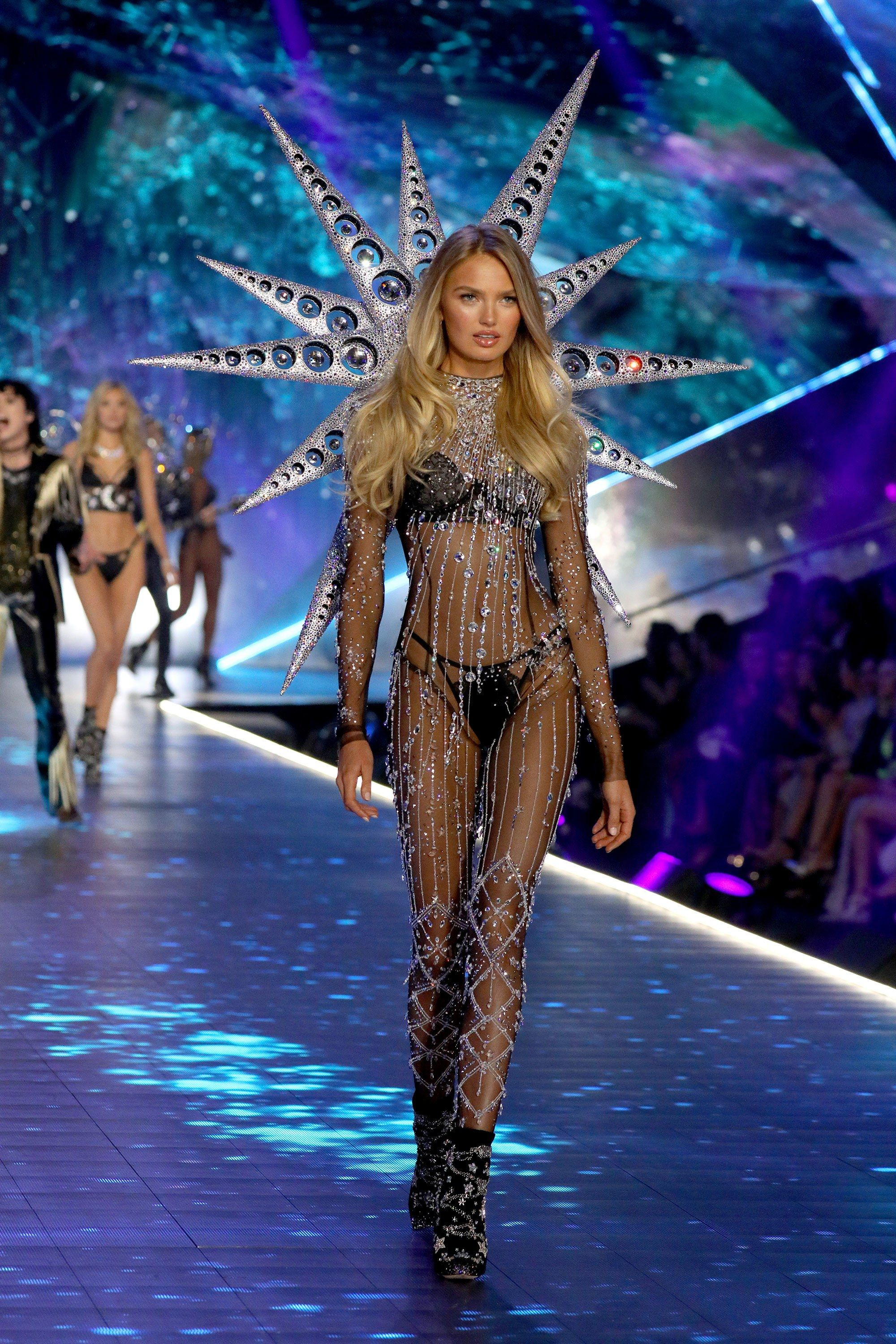 b7d4d2a9c2b See Adriana Lima s Emotional Final Walk for Victoria s Secret Fashion Show  2018