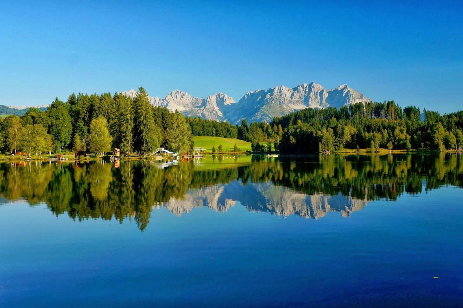 Der Schwarzsee in Kitzbühel, Hintergrund der Wilde Kaiser. Image by: Aigner Robert