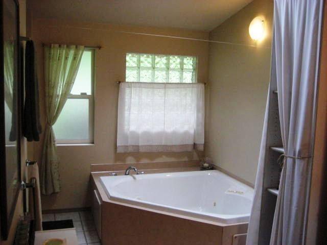 Hazel St Seattle property, great soaker tub in the bathroom